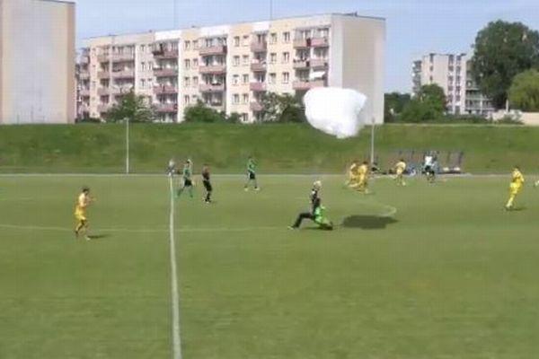 サッカーの試合中にパラシュートが落下、着地した男性にイエローカード