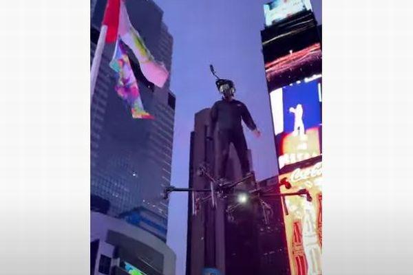 ニューヨークの街にドローンに乗った男性が出現、動画が話題に