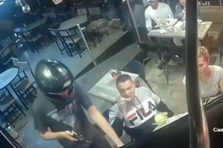 強盗に襲われながらも、冷静にチキンを食べ続ける男性【動画】