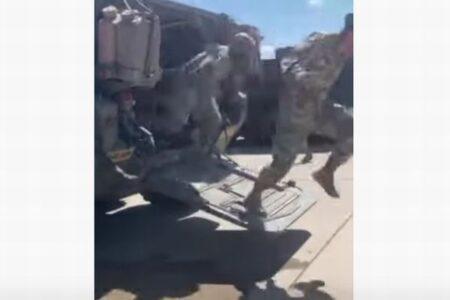 米軍車両に突然、アライグマが侵入、驚いた兵士たちも思わず逃げ出す