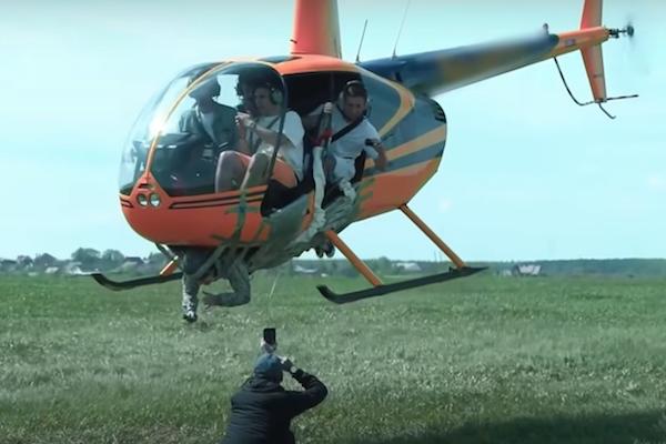 ロシアの過激ユーチューバーが、ヘリに粘着テープで人を貼り付けて上昇