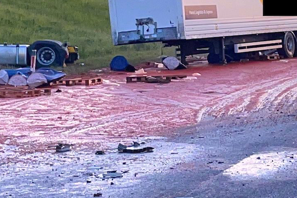 交通事故現場が血のように赤く染まる、まるで「ホラー映画のシーン」のよう