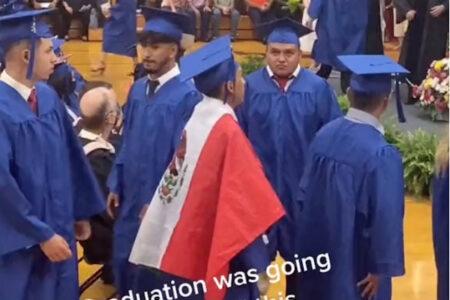 卒業式で祖国メキシコの国旗をまとった高校生、証書授与取り消しに