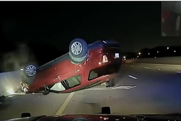すぐに止まらなかったという理由で、警察に車をひっくり返された女性が提訴