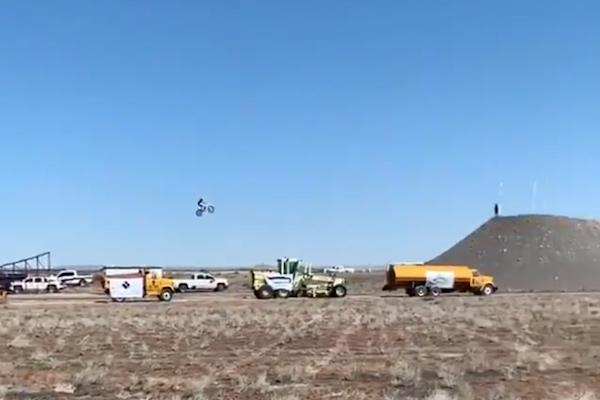 世界記録に挑戦し、バイクで飛んだ若者が失敗、死亡【動画】