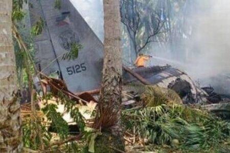 フィリピンで90人以上を乗せた軍の輸送機が墜落、少なくとも45名が死亡