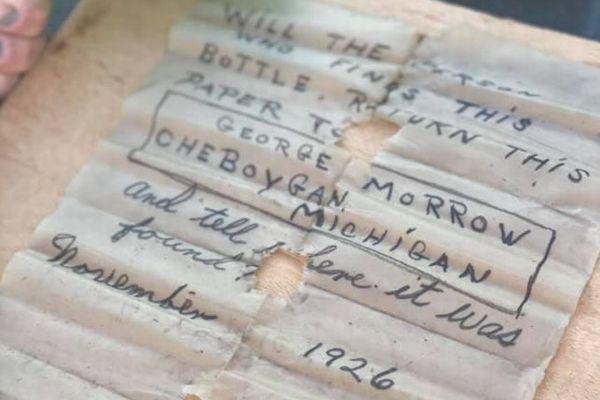 ダイビングで発見した緑のボトル、中には95年前に書かれた手紙が入っていた!