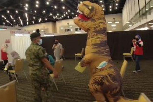 マレーシアのワクチン会場にT-Rexが出現、大人しく接種を受ける