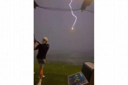 ゴルフ練習場で飛んでいくボールに雷が直撃!打った男性もびっくり【動画】