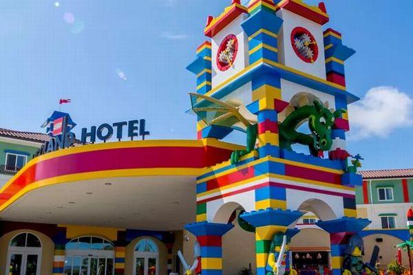 NYにまもなくレゴのホテルがオープン、火を噴く龍が入口でお出迎え