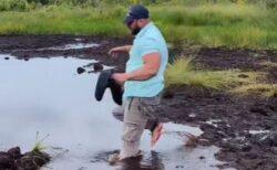 イギリス人観光客が沼を渡ろうとしたらドボン!意外な展開に妻は爆笑