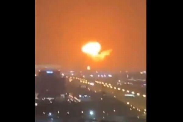 ドバイの港でコンテナ船が火災、大きな爆発が発生