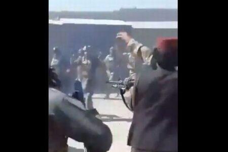 アフガンで支配を強めるタリバン、投降した多くの政府軍兵士を射殺か