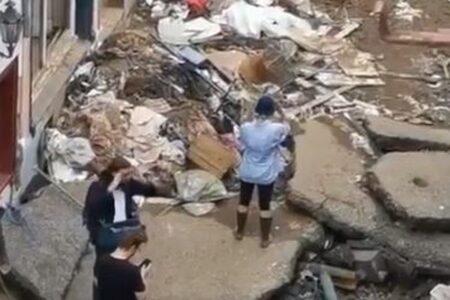 ドイツの女性レポーター、洪水被害の街で、自ら服に泥を塗り物議に