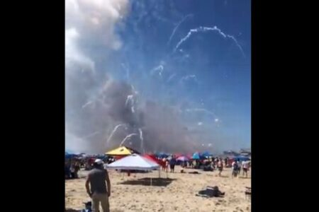 せっかくの独立記念日が…米のビーチにあった花火が暴発、ショーも中止に