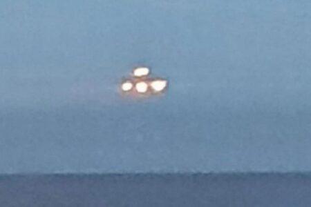 イギリスの海沿いに不思議な物体が出現、多くのメディアが注目