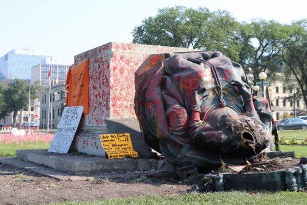 カナダでビクトリア女王の銅像が倒される、先住民の子供の遺体発見を受けて