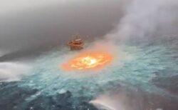 海の真ん中にオレンジ色の炎、メキシコ沖でパイプラインが爆発