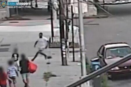 路上で突然誘拐、男が母親の目の前で子供をさらい、車の中へ【動画】