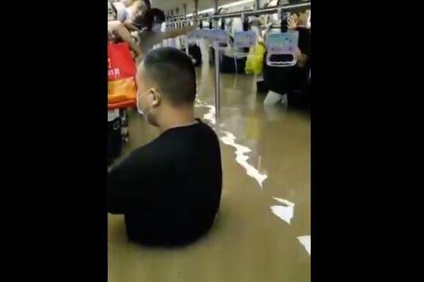 中国河南省で大規模な洪水、地下鉄の車内も浸水、乗客が胸まで水に浸かる