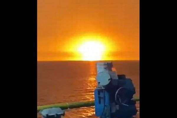 アゼルバイジャンの沖合で謎の爆発、巨大な炎が立ち昇る【動画】