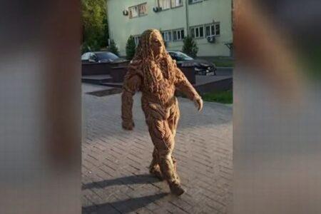 ちょっと怖いけど…カザフスタンの男性がロープだけで作った衣装が見事