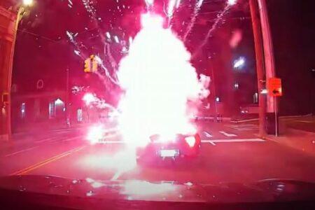 車内に花火が投げ入れられ爆発、乗っていた男性が火傷、耳も良く聞こえず