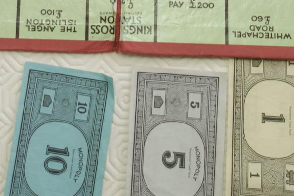 会計でモノポリーのお金を受け取ることにしたバー、その目論見は