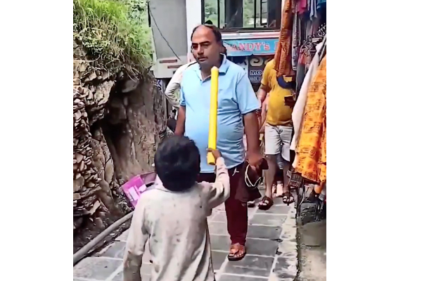 人々にマスク着用を呼びかけるインドの少年、周囲の反応にネットから怒りの声