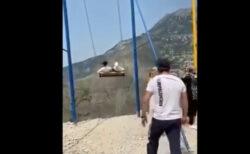 断崖のブランコから観光客が落ちる動画に、背筋が寒くなる