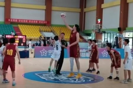 期待される中国のバスケ少女、14才で身長2.26m
