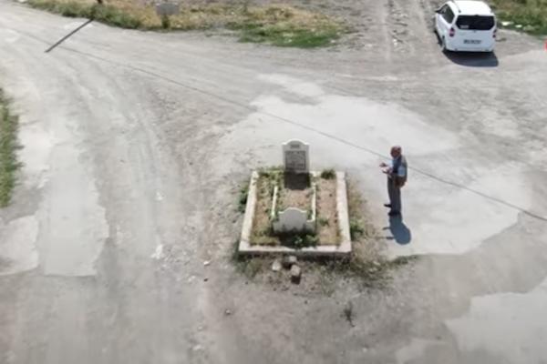 トルコの道路のど真ん中にあるお墓が異様