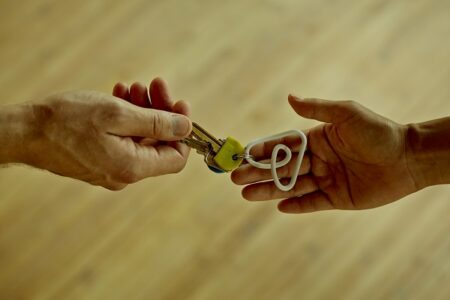 Airbnbがアフガニスタン難民2万人に宿を提供と発表。賛否と脱出希望の声が寄せられる