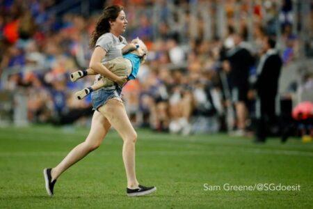 米でサッカーの試合中、2歳の幼児がピッチに入り、走り回ってしまう
