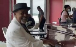 空港で演奏をしてきたピアニストに、巨額のチップが贈られる