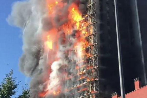 イタリアで高層ビルが火災、炎が壁を覆っていく映像が恐ろしい