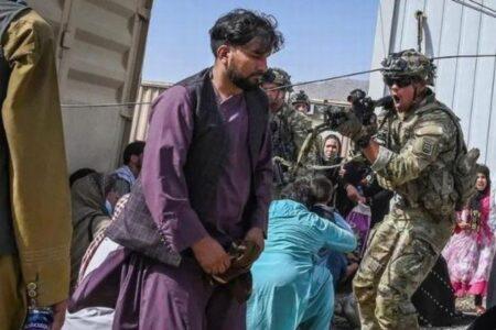 混乱するカブールの空港で米兵が2人を殺害、米国防総省が認める