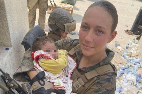 アフガンの自爆テロで亡くなった米の女性兵士、赤ちゃんを抱いた写真に涙