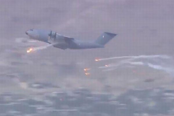 【アフガン】フランス軍の輸送機がフレアを発射!ミサイル攻撃を避けるためか