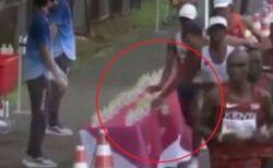 東京五輪のマラソンで、フランス人選手が多くの給水ボトルを倒してしまう