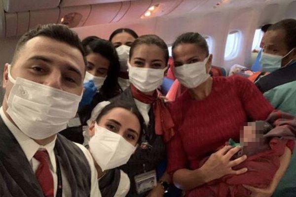 アフガンを脱出した女性、機内で女の子を無事出産、客室乗務員も祝福