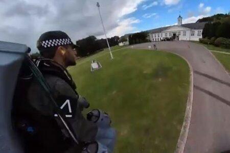 まるで近未来の警察、逃げる犯人を空から急襲、ジェットスーツのテストを実施