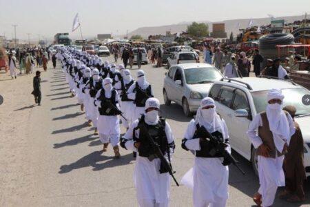 タリバンの謎の部隊が出現、白い装束を着て街を行進