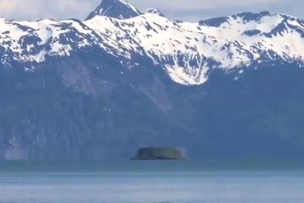 島が浮きながら横へ移動?アラスカで不思議な蜃気楼を撮影