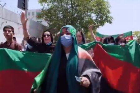 【アフガニスタン】再び反タリバンの抗議デモ、長い国旗を広げ、女性たちも行進
