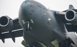 アフガンの市民を乗せた最後の英輸送機が飛び立つ、多くの脱出希望者が残される