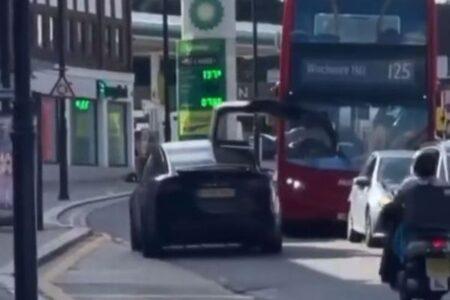 なぜ起きた?「テスラ」のドライバーがドアを開けたまま走行、バスに衝突