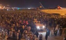 アフガンの国際空港に市民が殺到、国外へ逃げようと滑走路へなだれ込む