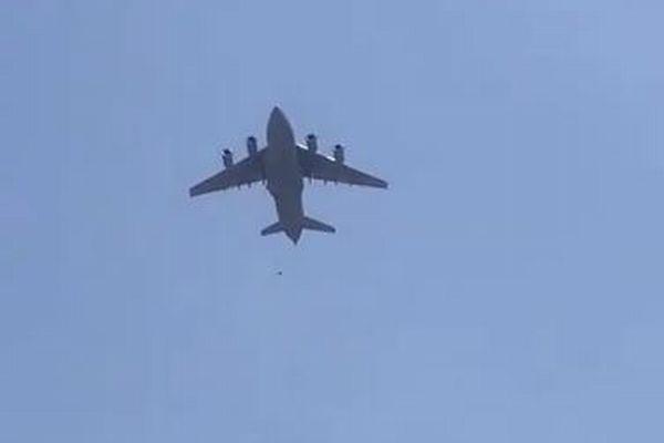 【アフガニスタン】米軍の輸送機にしがみついていた市民が落下、3人が墜落死か【動画】