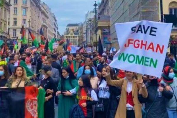 イギリスの首都でアフガン政策への抗議デモ、数千人が集まる
